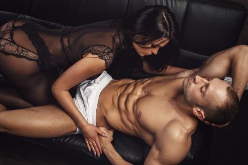 下着姿の男性に近づく女性
